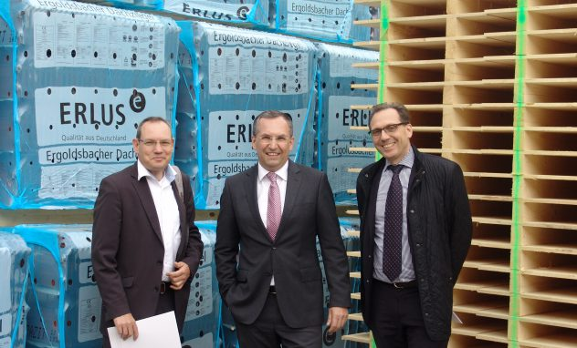 Freuen sich auf die künftige Zusammenarbeit: Rainer Kabelitz-Ciré, Geschäftsführer von Holzbau Deutschland, Guido Hörer, Gesamtleiter Vertrieb und Marketing der ERLUS AG und Roland Laube, Holzbau Deutschland Marketing (v.r.n.l)