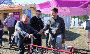 """Bayerns Forstminister Helmut Brunner tritt kräftig in die Pedale des """"Sägefahrrads"""" (Foto: proHolz Bayern)"""