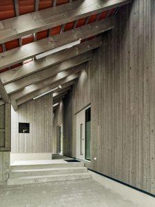 Zwischenraum unter dem Dach als Stauraum