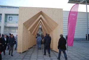 Holzarchitektur zum Durchlaufen auf der Messe BAU 2019 München