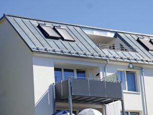 Balkon mit Stahlstützen-Konstruktion