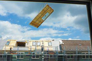 Bauelement wird durch die Luft transportiert