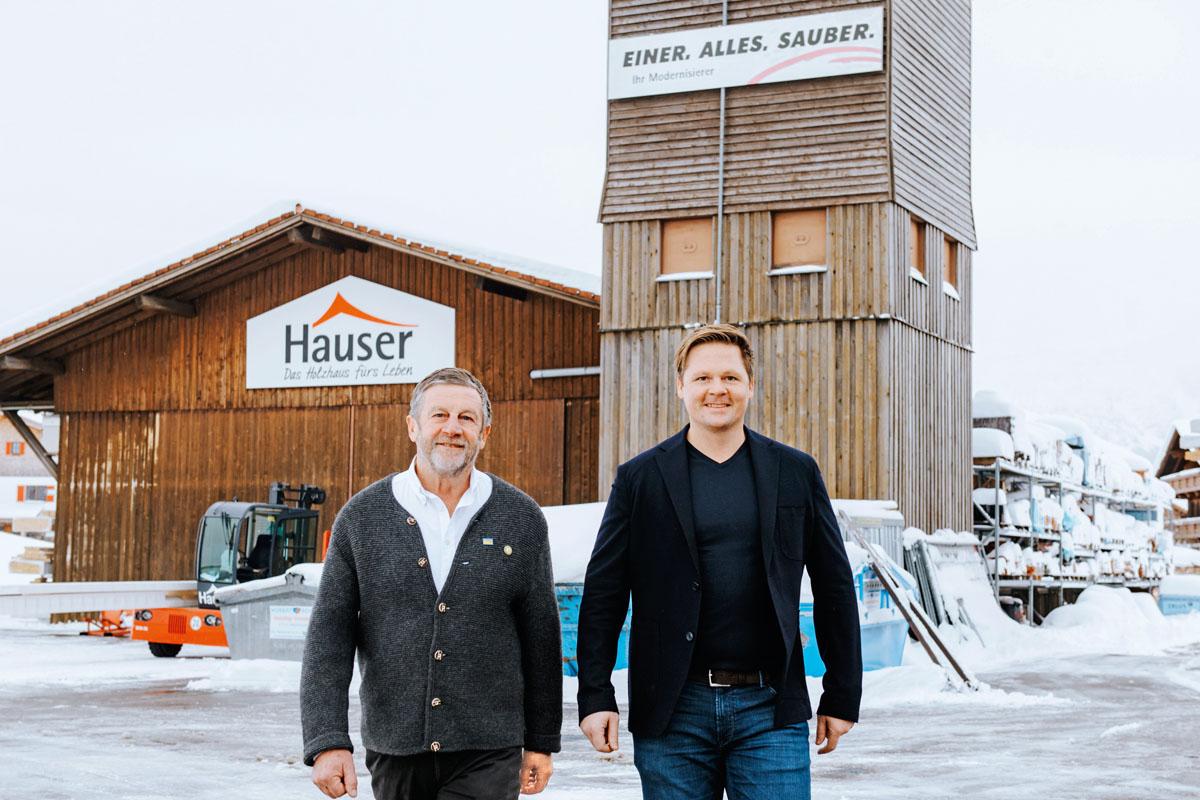 Wilhelm und Florian Hauser vor ihrem Unternehmen