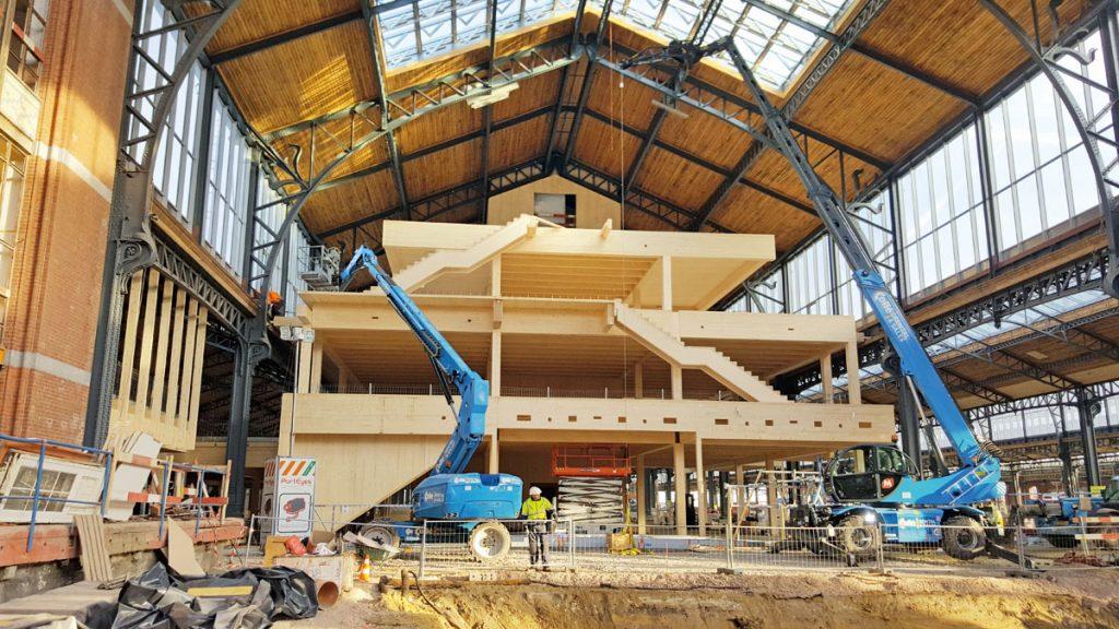 Holzkonstruktion wird in die Stahlkonstruktion eingefügt