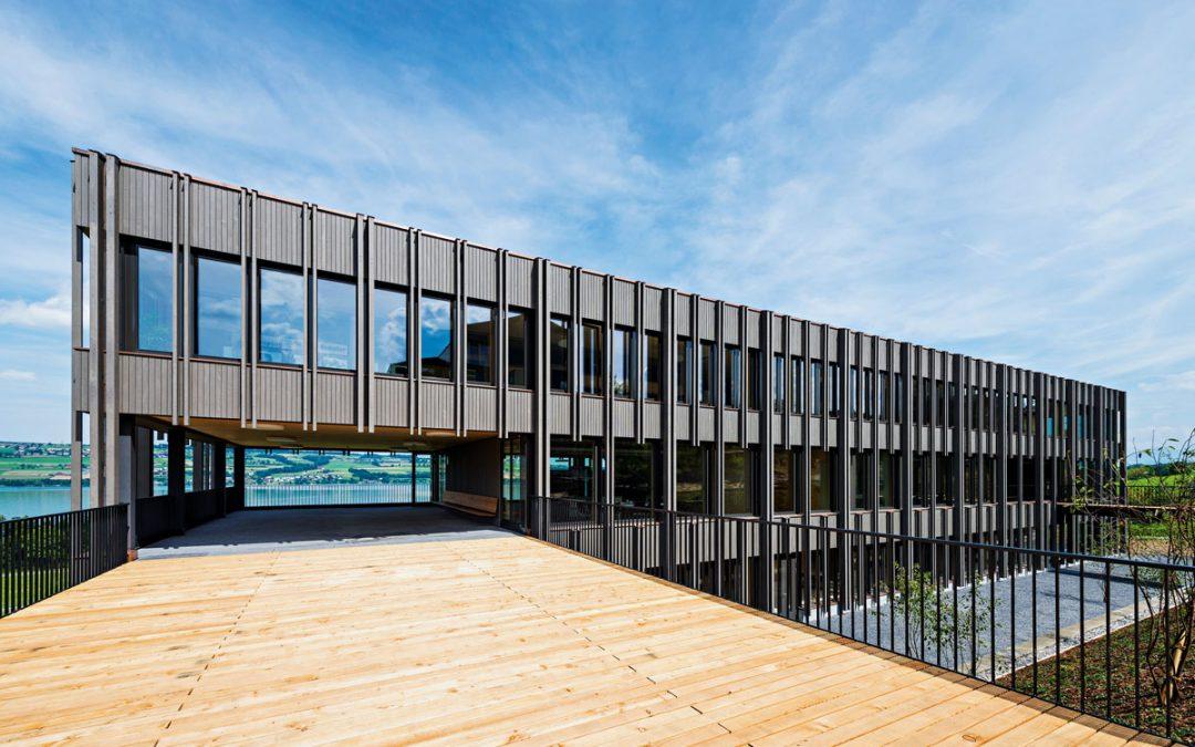 Dreigeschossiges Schulgebäude in Nottwil, Schweiz
