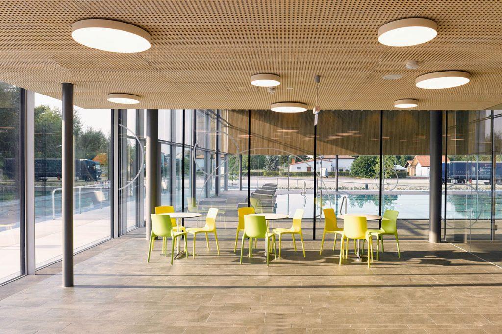 Blick auf das verglaste Foyer im Hallenbad Stutensee