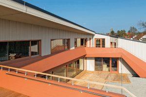 Blick auf den offenen Schulhof der KiTa in Weimar