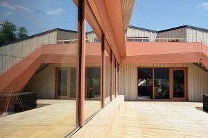 Blick auf die Fensterfront von außen im Hof der Kita Holzwürmchen