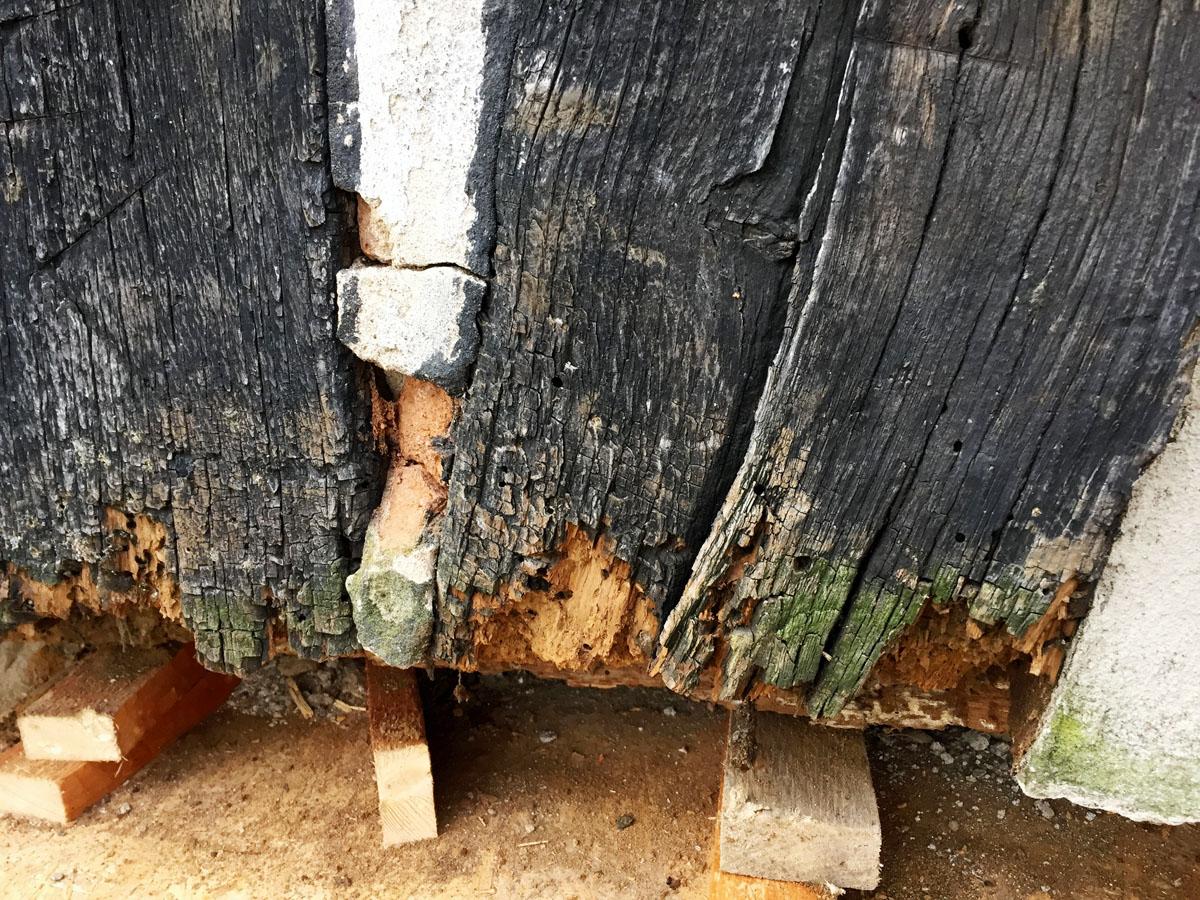 Feuchte Streben und Stiele in einem Fachwerkhaus