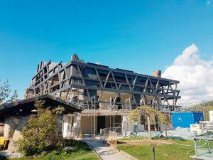 Blick auf den Aufbau der Außenfassade vom Hotel Pfösl