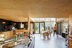 Blick in den Wohnraum mit Holzbeplankung an der Decke