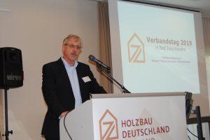 Karl Hoffmeister vor Leinwand VNZ
