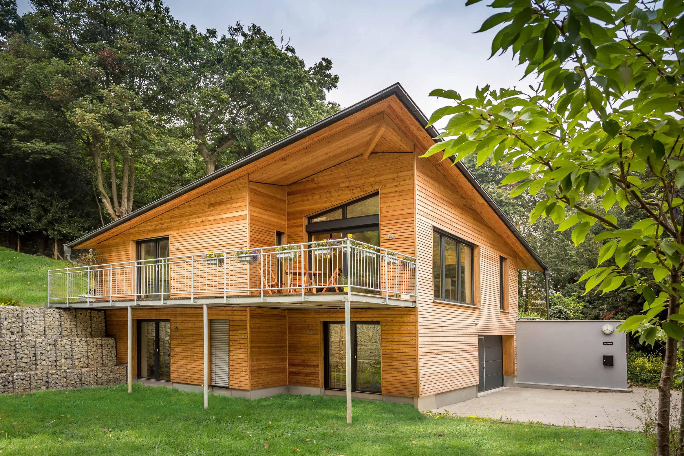 Holzhaus vor Bäumen