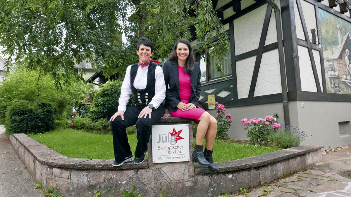 Zimmermeisterin Nadine Jülg-Schenkel und Autorin Heide Merkel