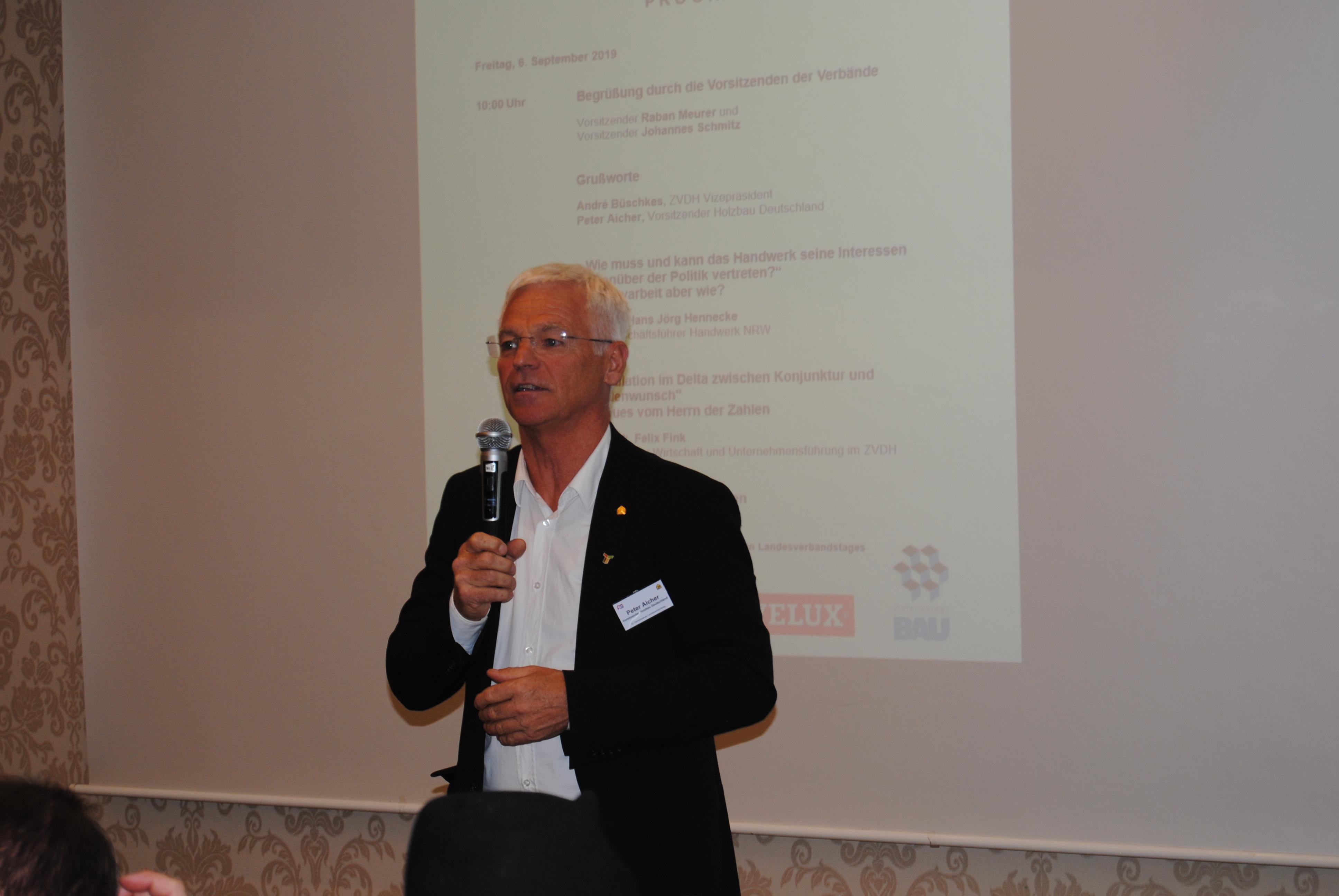 Peter Aicher mit Mikrofon