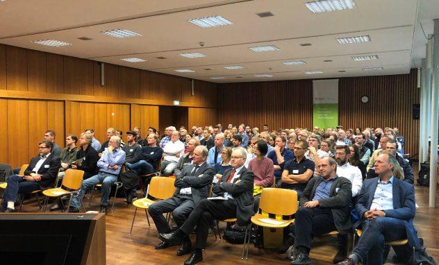 Vortragssal mitvielen sitzenden Menschen