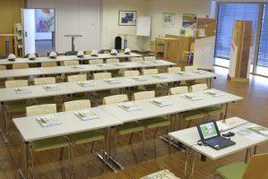 Leerer Schulungsraum mit Tischen und Stühlen