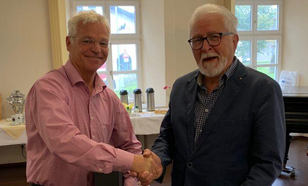 Peter Aicher und Helmut Sippel beim Handschlag