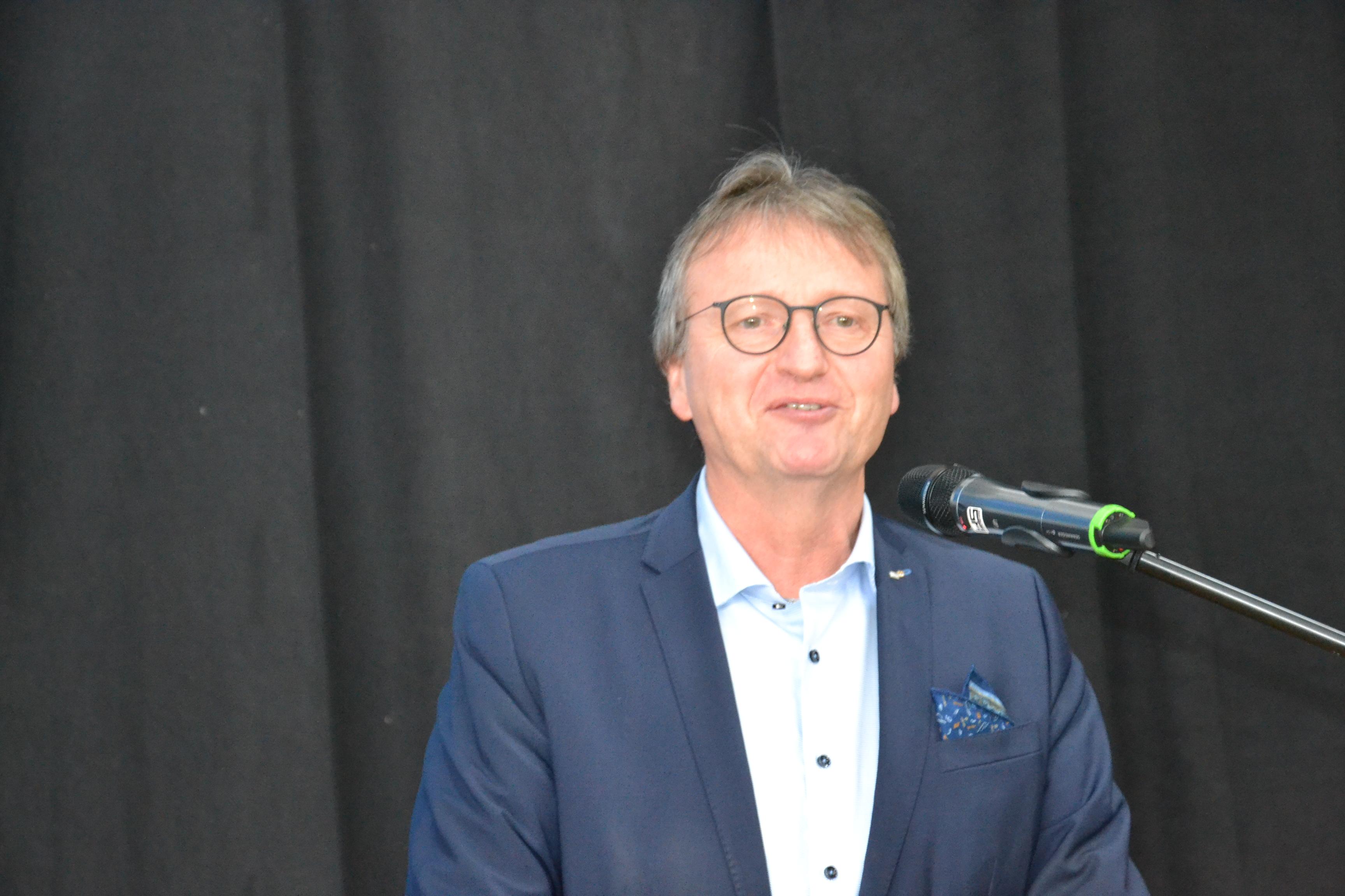 Prof. Dr. Stefan Winter hinter Mikrofon