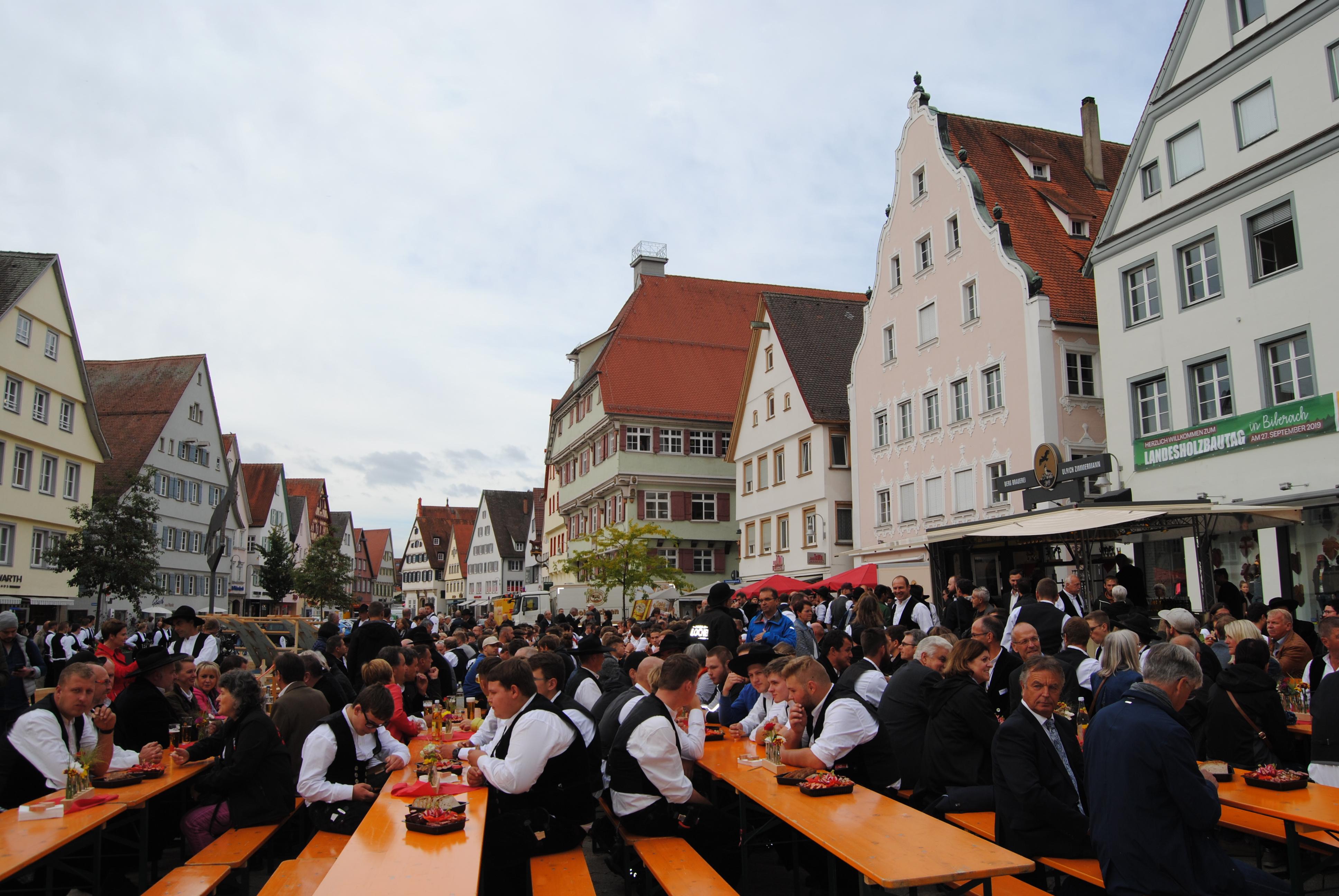 Marktplatz Biberach mit Bierbänken und Zimmererm