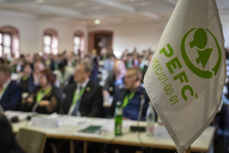 PEFC-Flagge vor vollem Vortragssaal