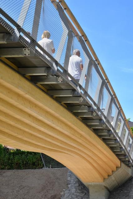 Holzbrücke von unten im Detail