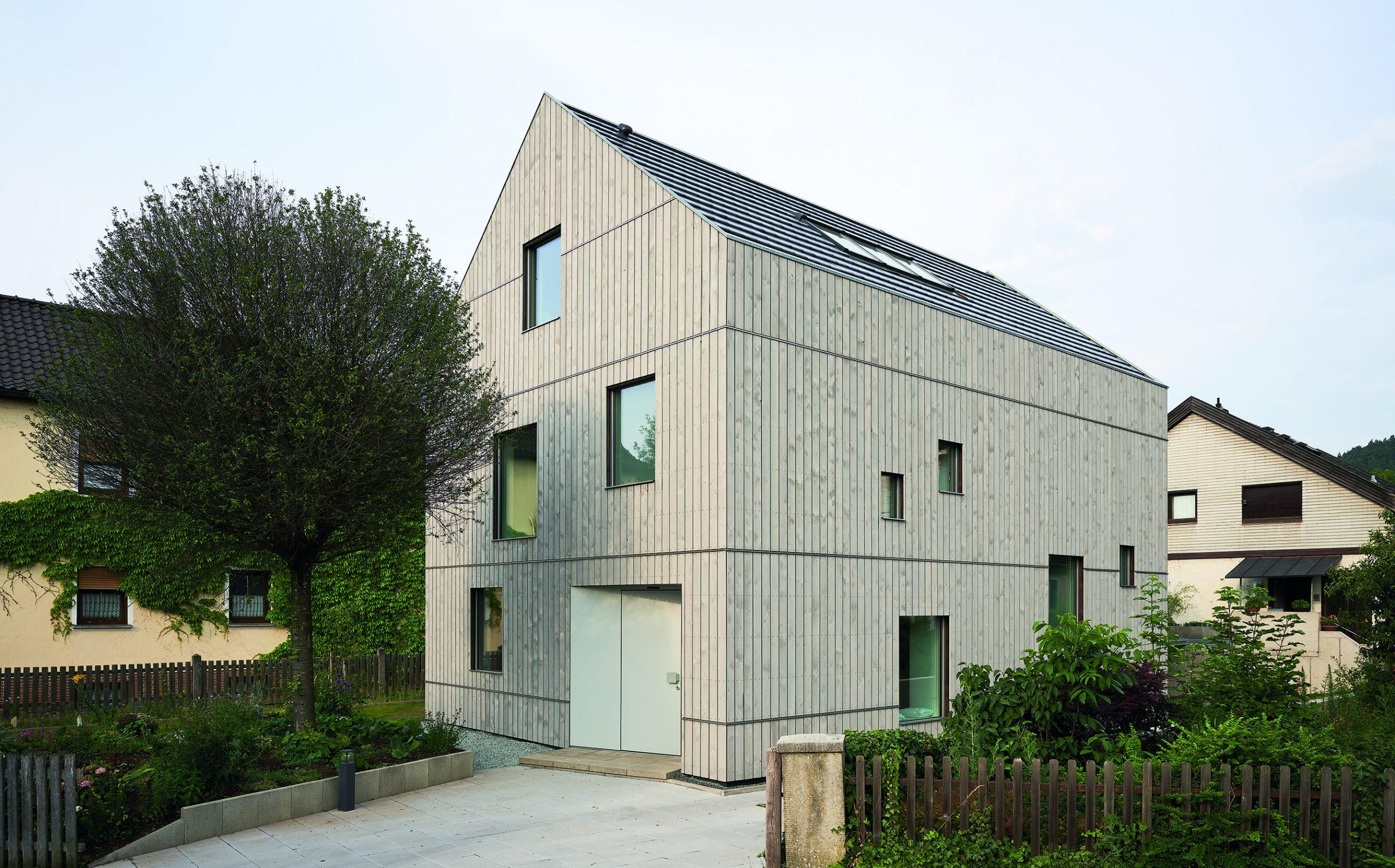 Graues Haus mit Holzfassade