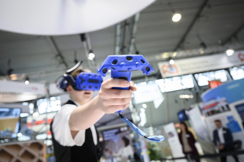 Junger Zimmerer mit VR-Brille