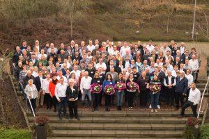 Menschengruppe stehend auf Treppe