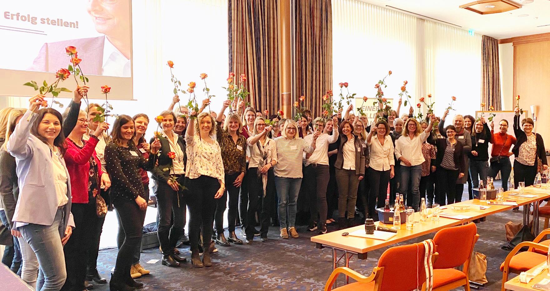 Frauengruppe mit Rosen in den Händen