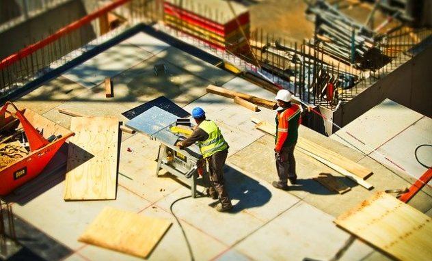 Sagearbeiten auf der Baustelle