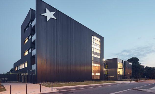 Bürogebaäude mit Stern an Fassade