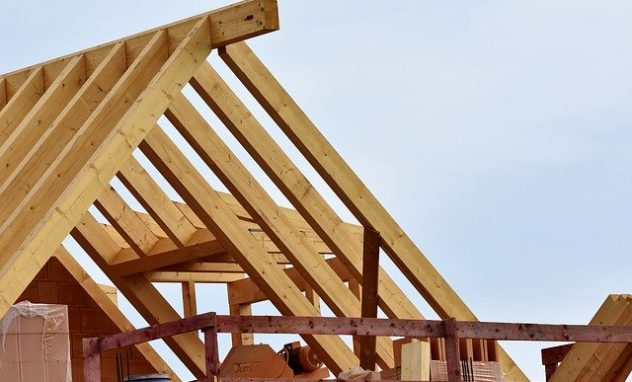 Holzgebälk auf Dach