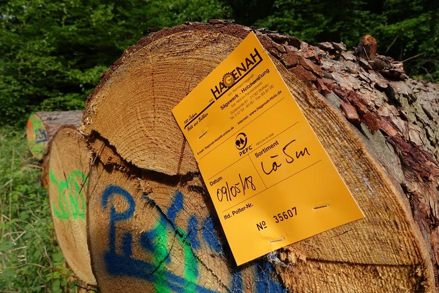 Holz mit gelbem Etikett