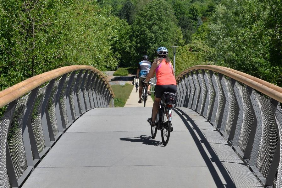 Brücke mit Radfahrer