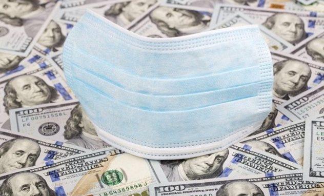 Atemschutzmaske auf Dollarscheinen