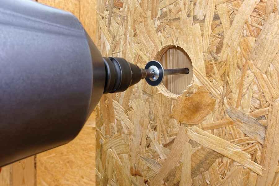 Schrauber an Holzwand