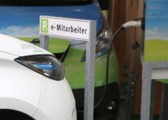Auto an E-Auto-Parkplatz