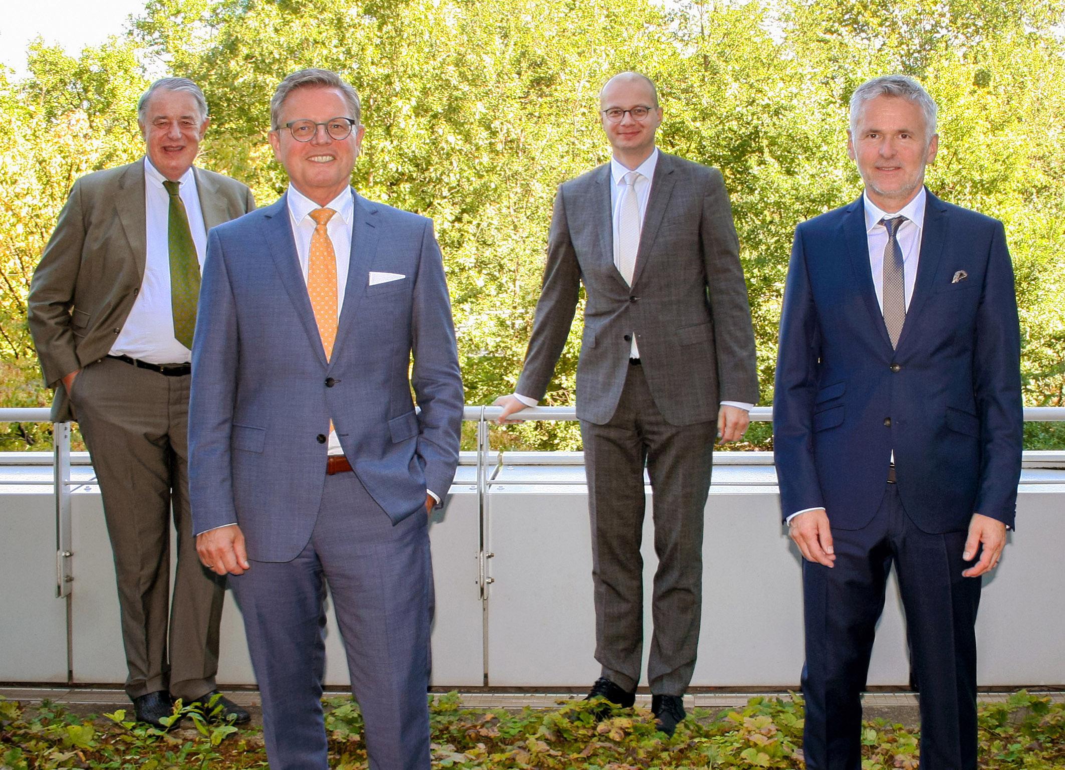 Vier Männer im Anzug
