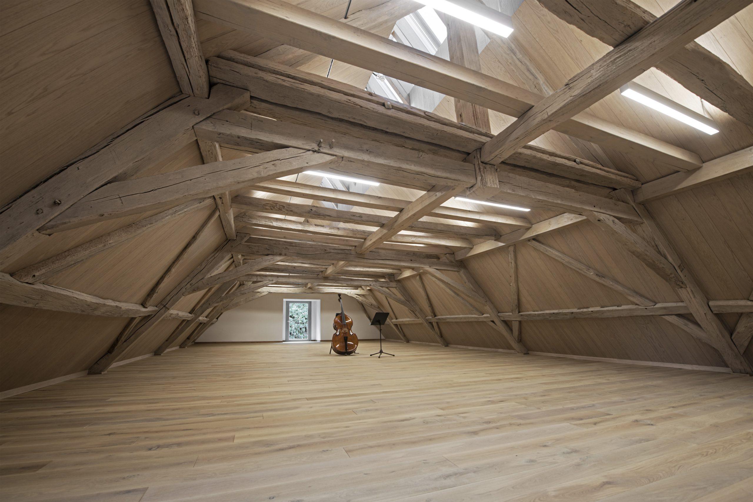 Halle mit Holzstreben
