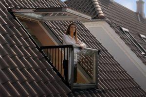 Frau am Balkon