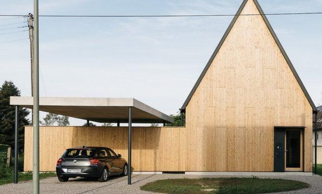 Holzhaus mit spitzem Dach