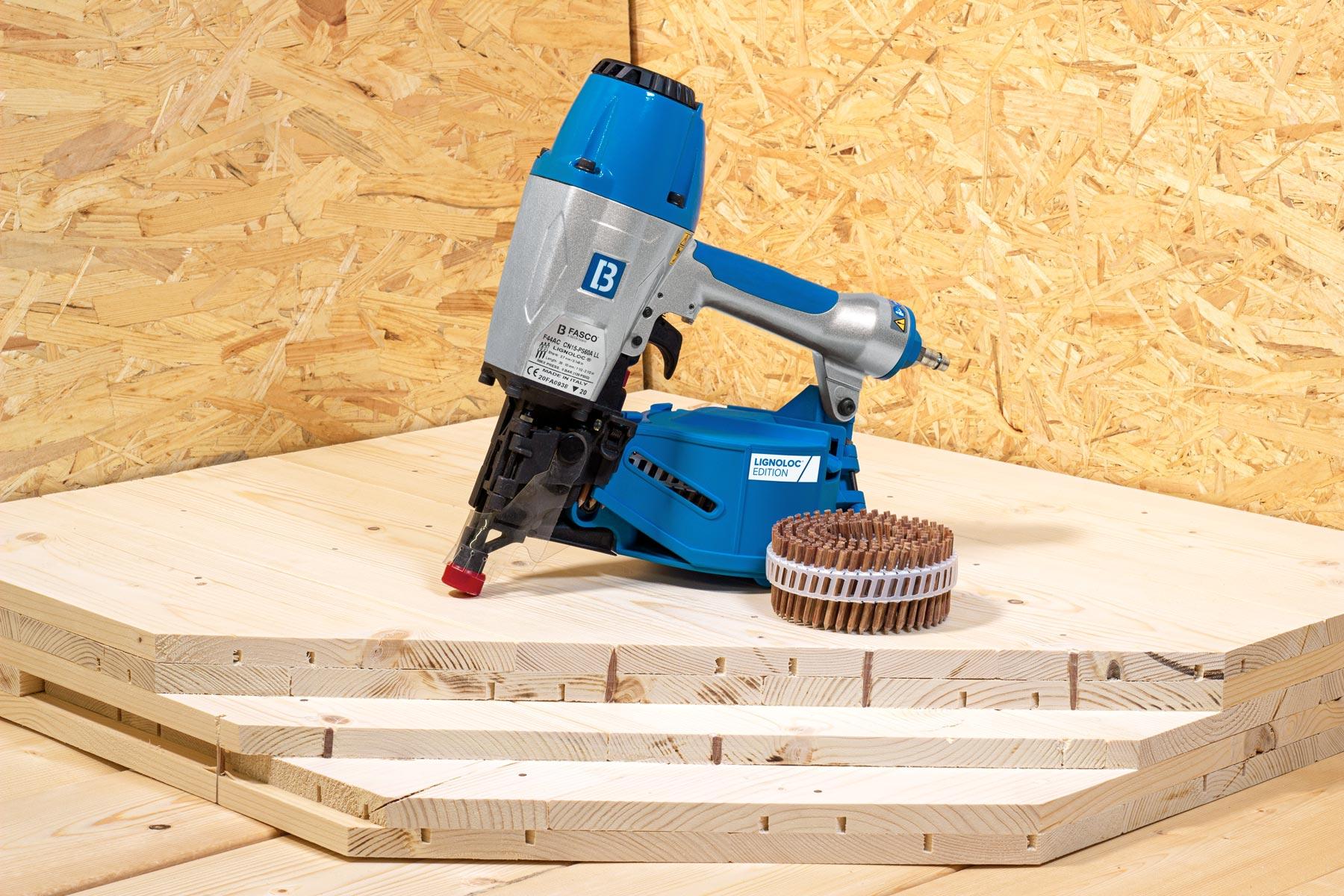 Drcukluftnagler auf Holzplatte