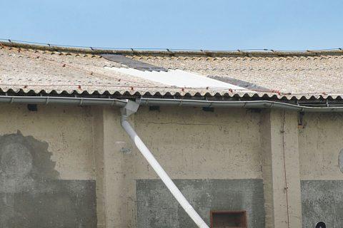 Wegen Sturm – Dacheinsturz droht!