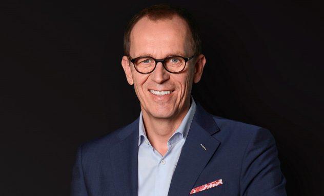 Mann im Anzug mit Brille